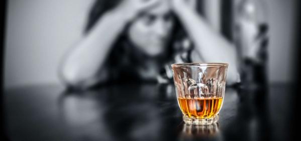 Ποια είναι η διαφορά ανάμεσα στον εθισμό από το αλκοόλ και την εξάρτηση από το αλκοόλ;