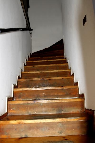 Μία Χαρακτηριστική φωτογραφία από τις εσωτερικές σκάλες του κέντρου απεξάρτησης και αποτοξίνωσης που οδηγούν στα δωμάτια των θεραπευόμενων.